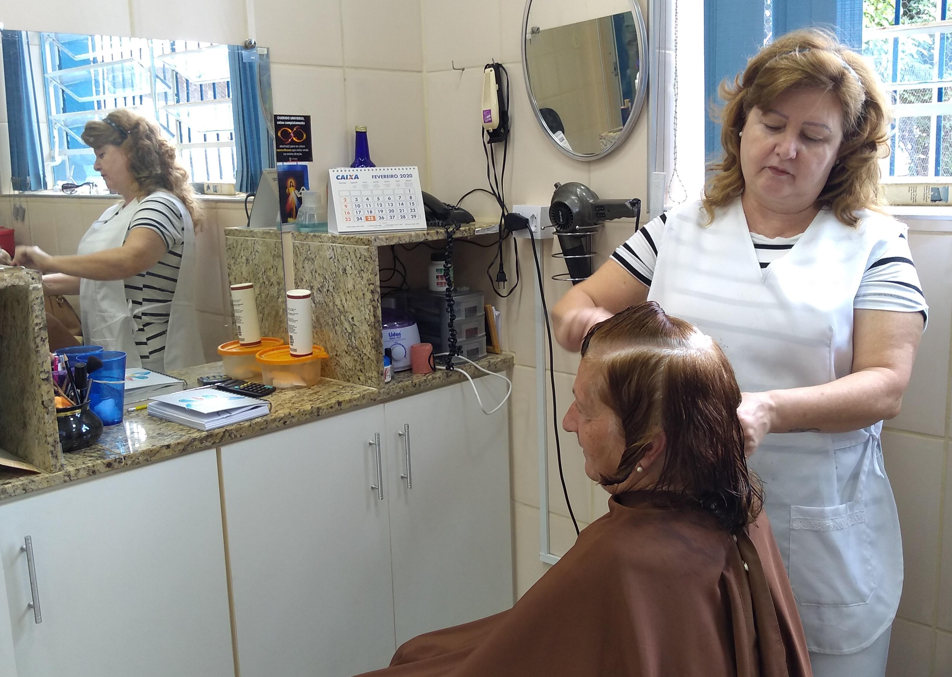 Salão: Cleuza é cabeleireira há 26 anos no Salão de Beleza do Sindicato (Foto: Assessoria Sindicato)